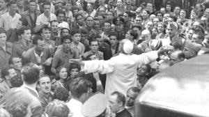Fotografia famosa, de Pio XII fora do Vaticano, orando diante da população romana aterrorizada depois de um bombardeio.