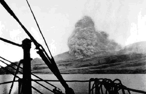A montanha Pelée em erupção (foto tirada de um navio)