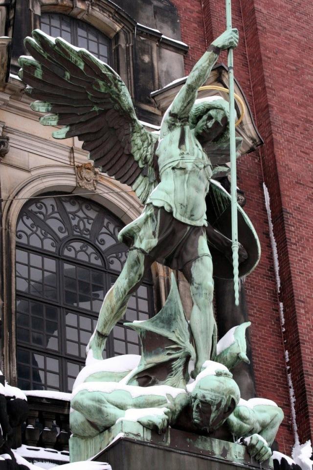 São Miguel Arcanjo derrota o Diabo. Quis ut Deus? Quem como Deus?