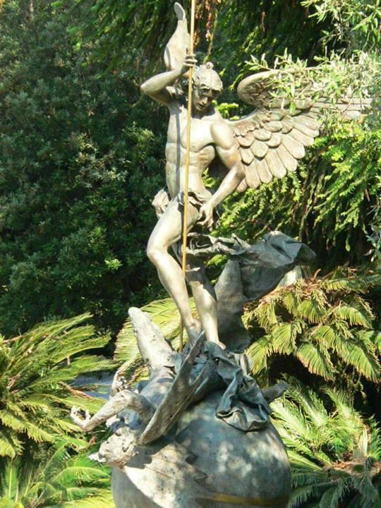 Estátua sacrílega de São Miguel, benzida pelos papas. Encontra-se no Vaticano...