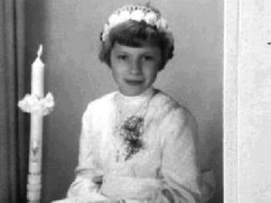 Foto de Anneliese em sua primeira Comunhão