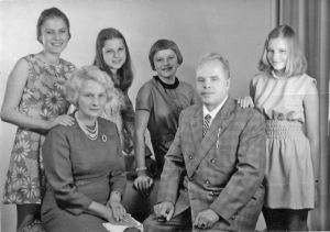 Anneliese, seus pais e suas irmãs.