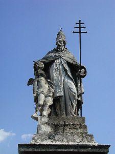Papa vestido com suas insígnias: a tiara papal ou triegno e a cruz papal ou hierofante