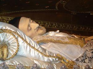 Corpo incorrupto de São Vicente de Paulo (1581-1660), fundador da Ordem Lazarista ou Vincentina, e por conseguinte, com Santa Luiza de Marillac, as Filhas ou Irmãs de Caridade.