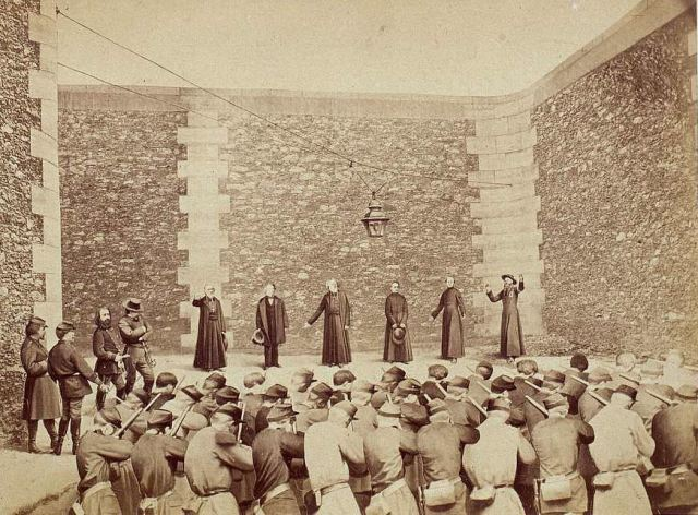 Na prisão La roquette, em 24 de Maio de 1871, quatro líderes da Comuna (à esquerda) dando a ordem. Logo após, tropas atiraram no arcebispo de Paris, o péssimo Monsenhor Darboy; Padre Deguerry; três padres jesuitas, e no juiz Bonjean, Presidente da Corte de Apelações de Paris.