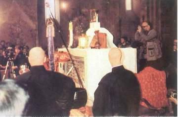 Entronização de Buda num Sacrário, dentro de uma das igrejas de Assis, na Itália