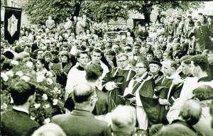 Multidão no enterro da estigmatizada.