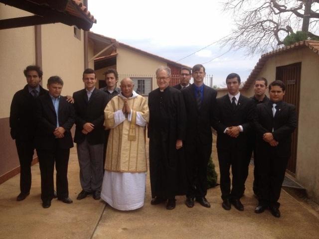 D. Tomás de Aquino, OSB, prior do mosteiro de Santa Cruz, o diácono D. André, padre Jean Michel Faure e irmãs da Congregação das Escravas de Maria Rainha da Paz (Campo Grande/MS).